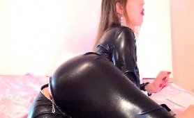 sensuous-camgirl-in-black-latex-fucks-her-cunt-with-a-dildo
