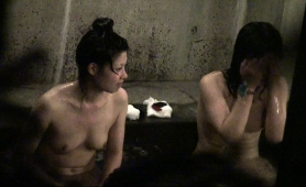 two-sweet-asian-girls-expose-their-bodies-in-the-bath-house