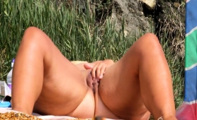 chunky-mature-lady-fingers-her-aching-pussy-on-the-beach